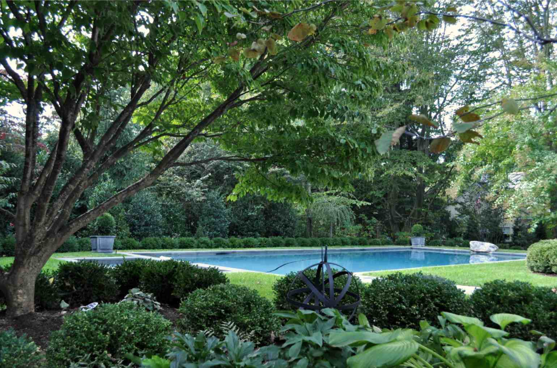 Jardín con sombra cerca del camino .