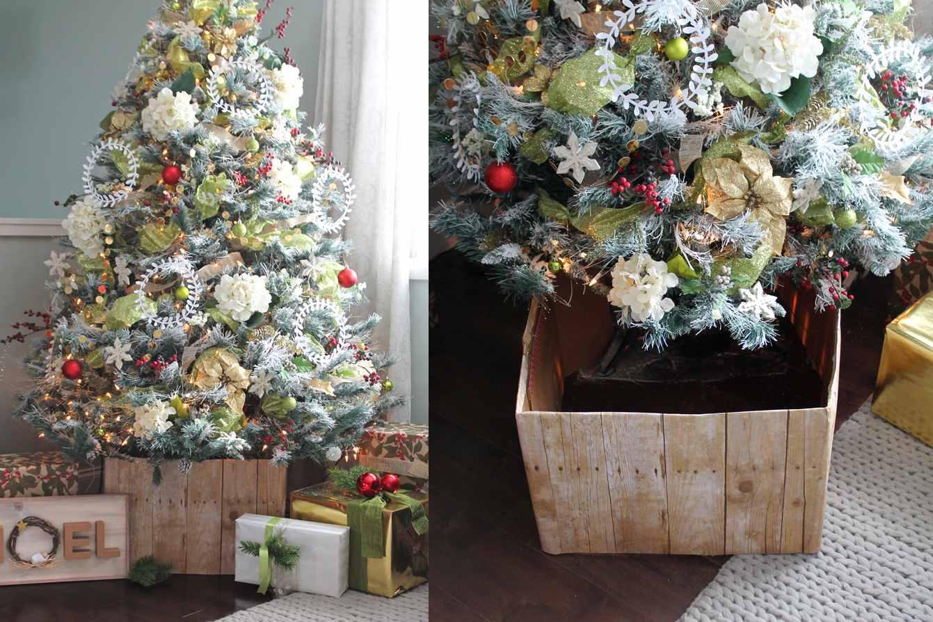 Árbol de Navidad amigo-niño cerca de un sofá y mapa montado