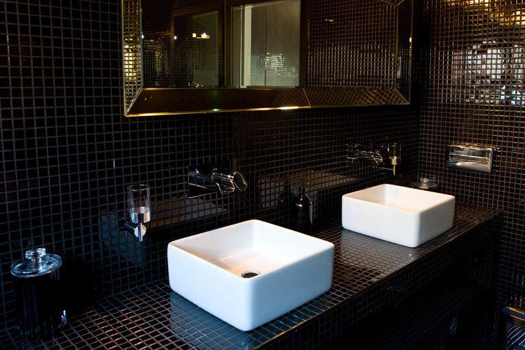baño de azulejos cuadrados negros
