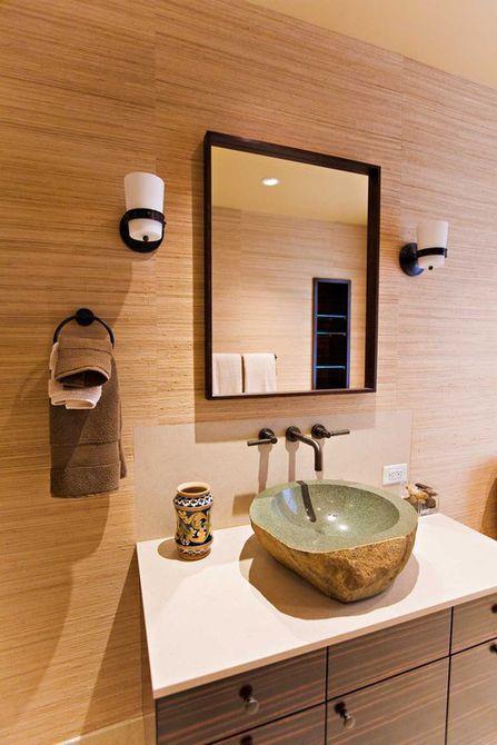 Lavamanos de piedra en un baño
