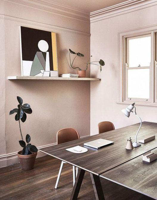 Oficina en el hogar con paredes de color rosa
