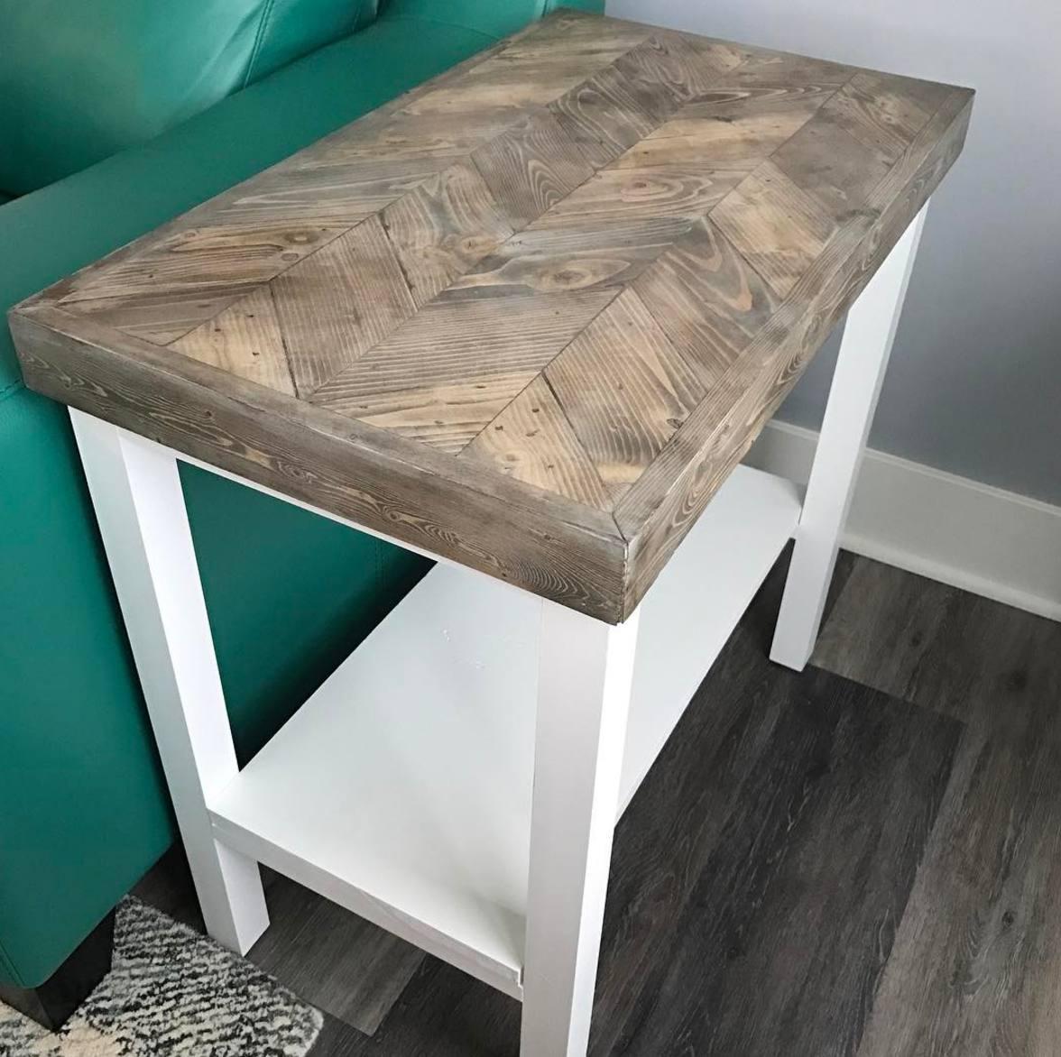 mesa auxiliar de madera y blanca