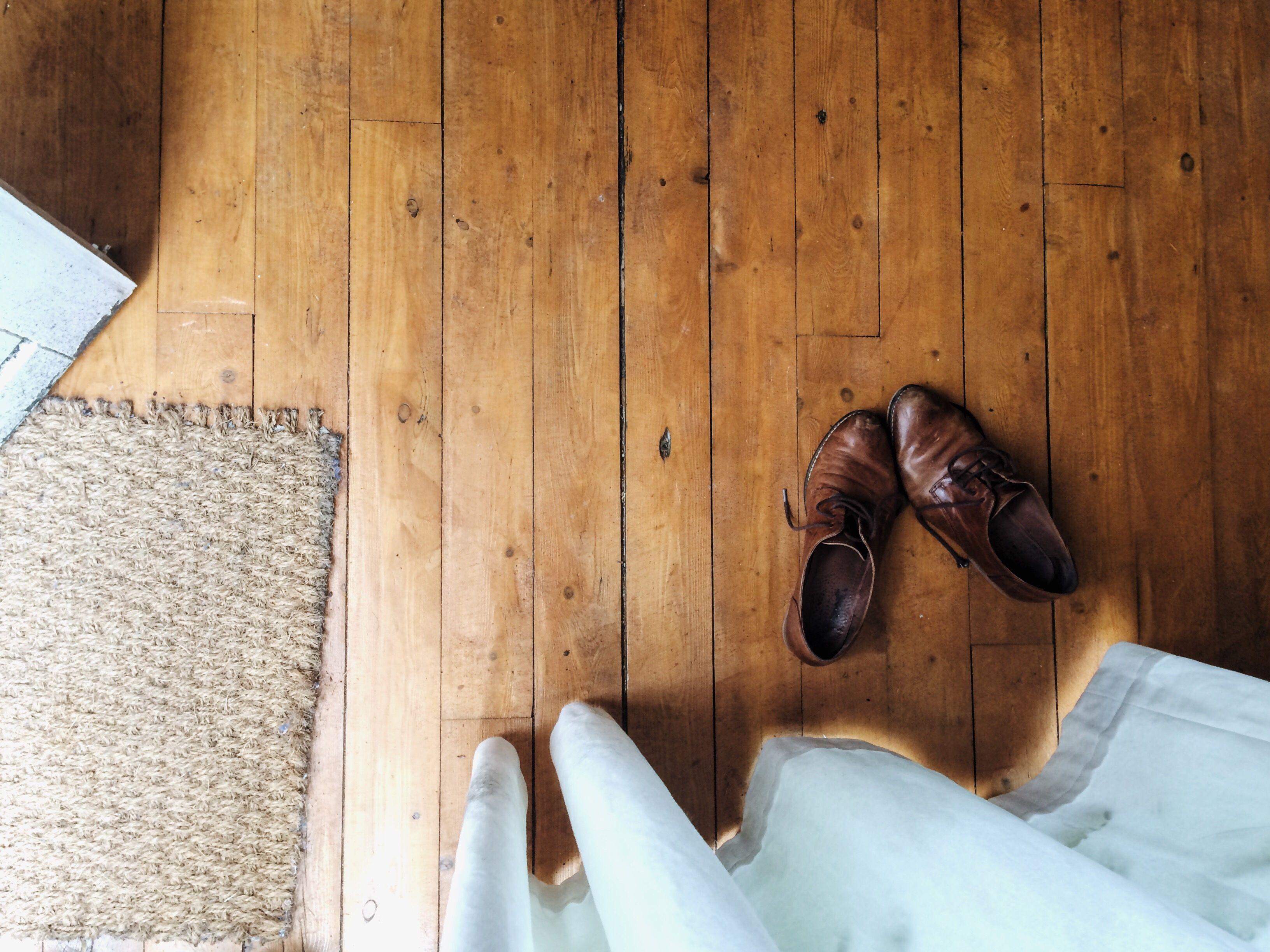 Zapatos de cuero marrón en el piso de la casa