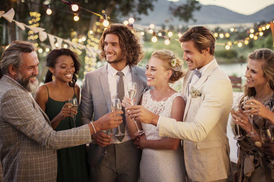 Invitados de la novia, el novio y la boda con un brindis