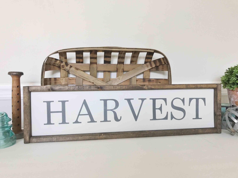 Letrero de cosecha simple , Calabaza dorada y acentos de trigo en la mesa