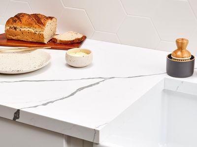 Quartz countertop that resembles white marble