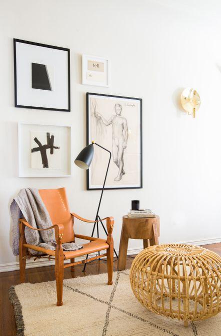 Habitación con silla decorativa naranja