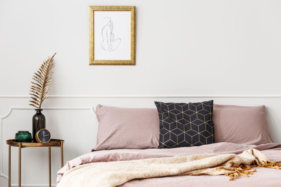 dormitorio con ropa de cama rosa