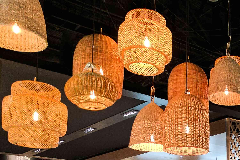 Luces con textura de canasta colgando del techo