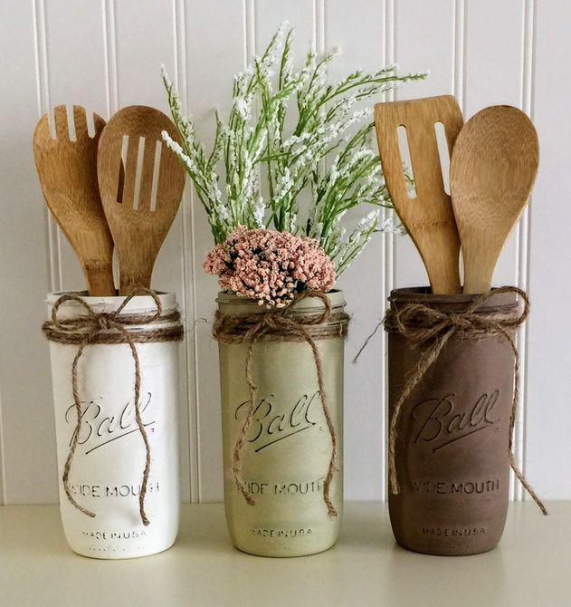 Tarro de albañil con flores y utensilios de cocina