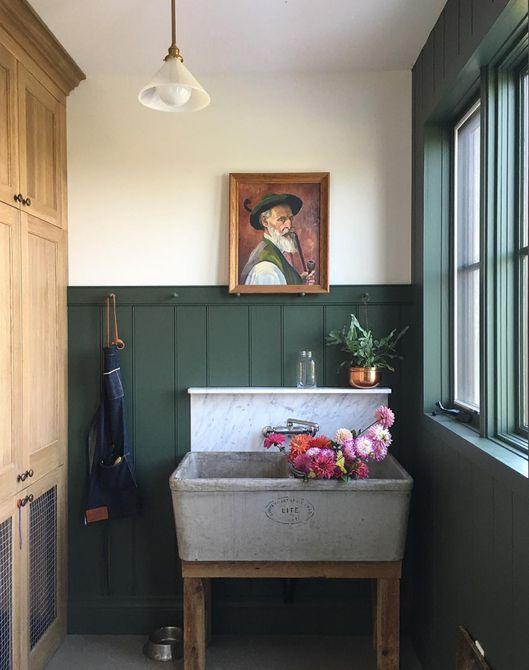 baño con pared verde oscuro