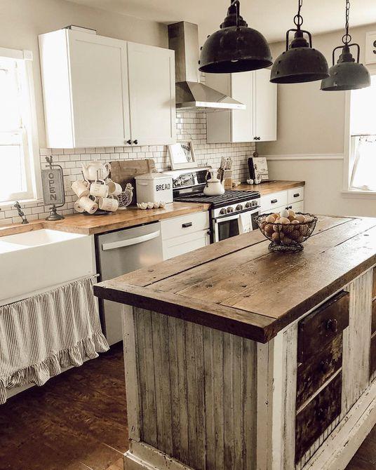 Cocina rústica con una gran isla de cocina de madera , Cocina blanca con una isla de cocina negra y de madera