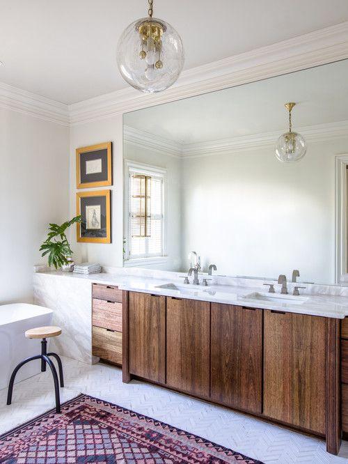 diseño de baño principal con luz colgante de globo