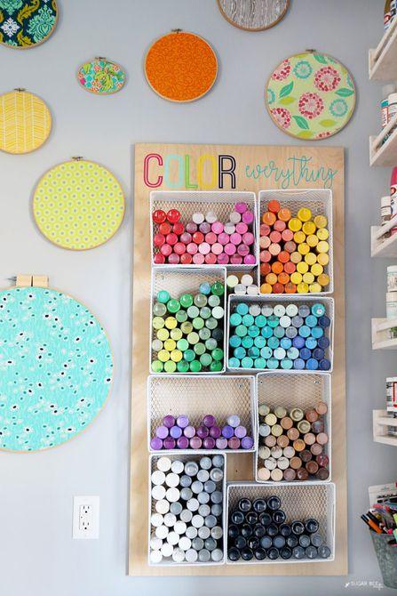 Organizar la pintura en una sala de manualidades