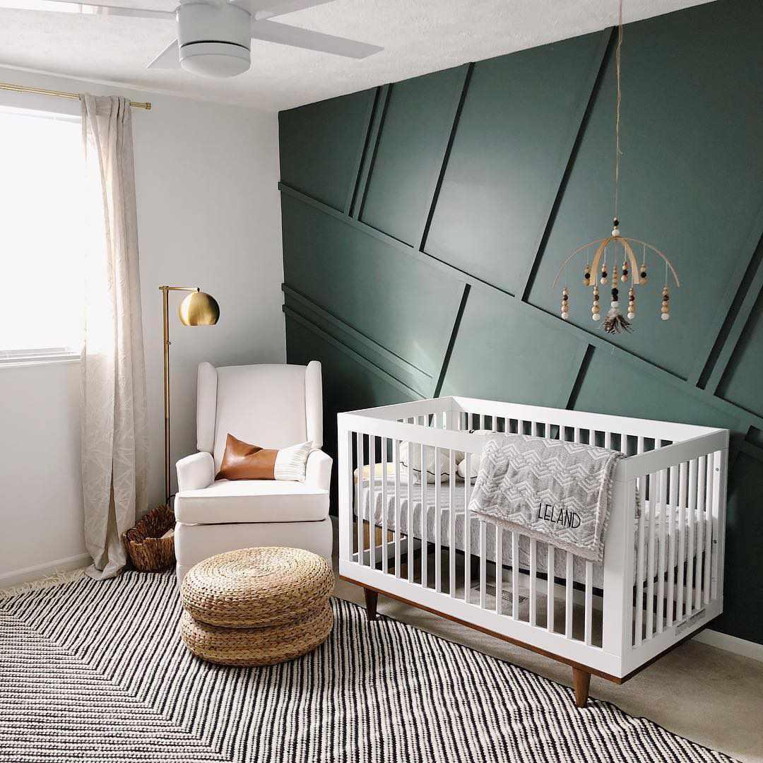 Vivero moderno con tratamiento de paredes decorativas con paneles de color verde oscuro