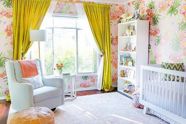 Vivero floral de temática tropical en rosa, verde y amarillo