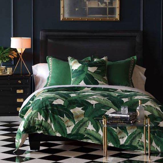 Hermoso edredón y almohadas de cama de hoja de plátano