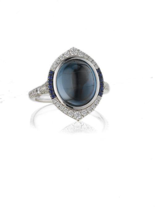 Anillo de compromiso de cigarro de oro Katie Decker de 18 quilates en topacio azul y diamantes