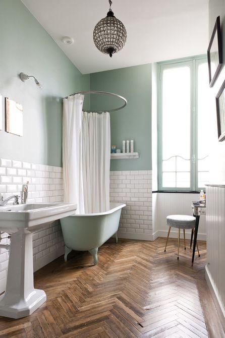 Baño con piso de madera en espiga