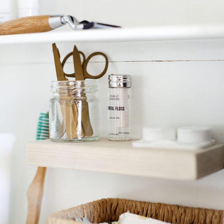 Un botiquín con un estante de madera