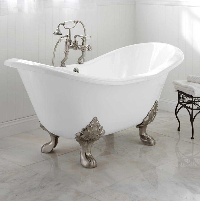 Signature Hardware arabella bañera con patas en una cocina de azulejos blancos