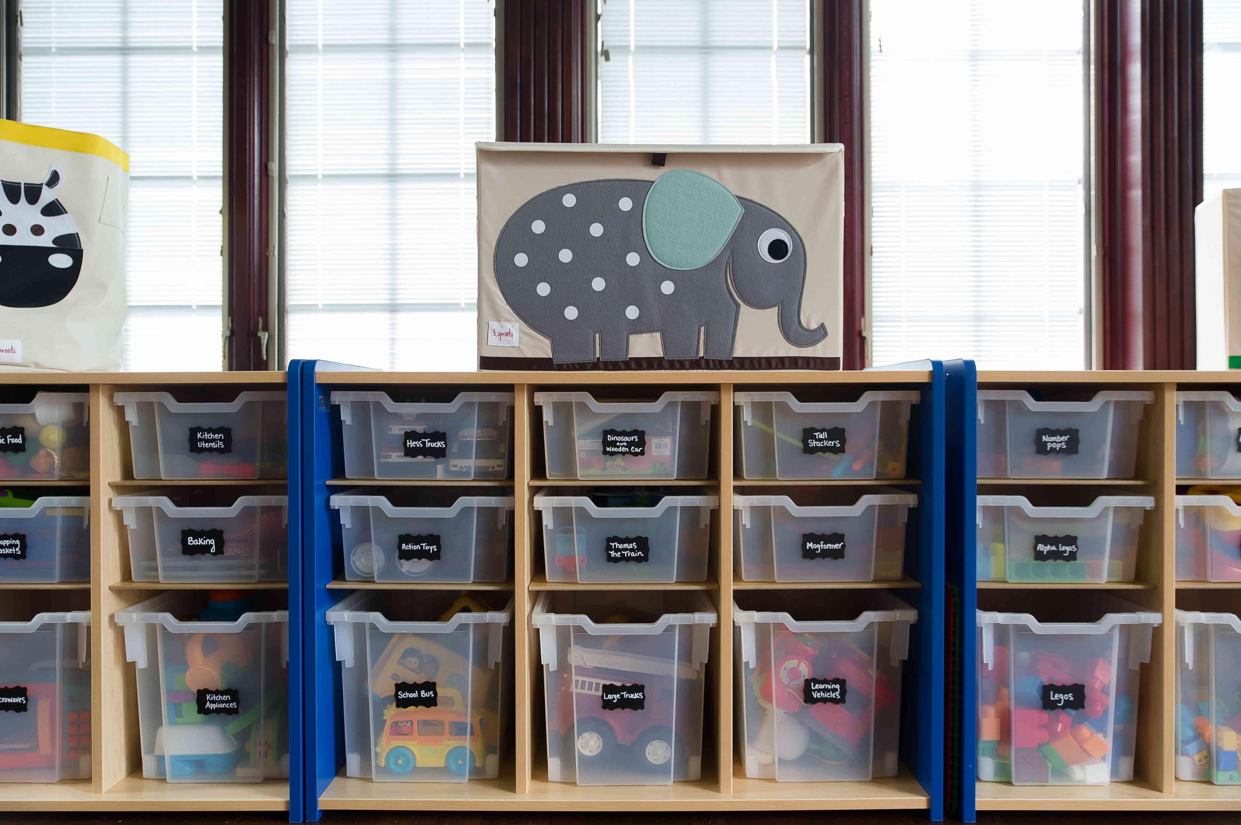 Guarde los juguetes de los niños en un contenedor divertido
