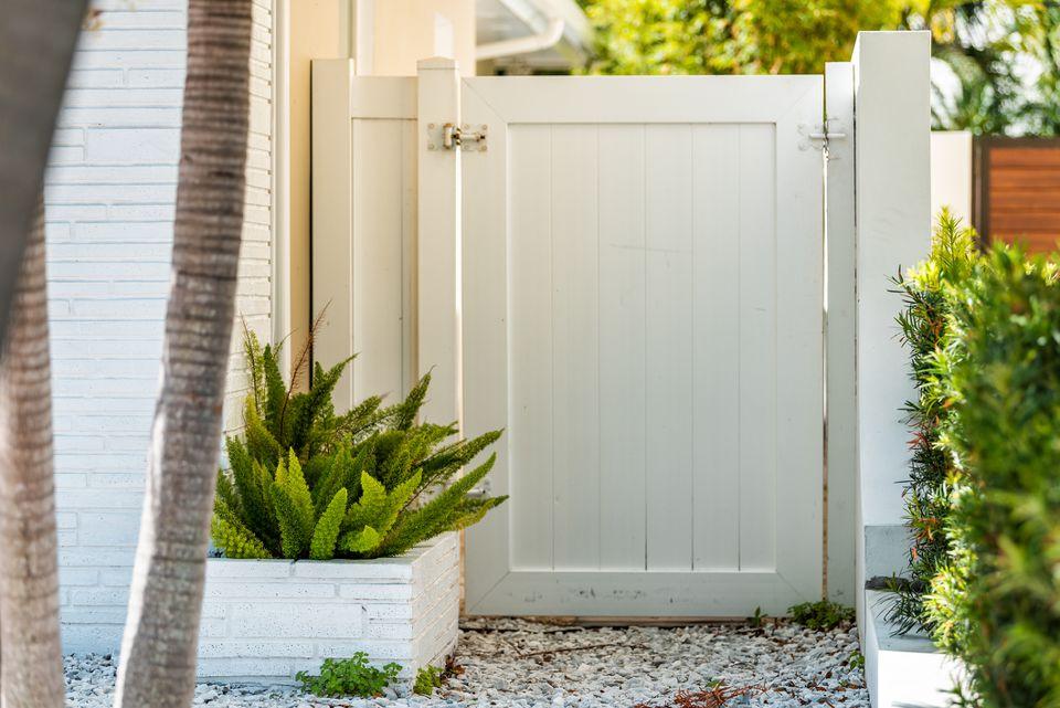 puerta de jardín blanca