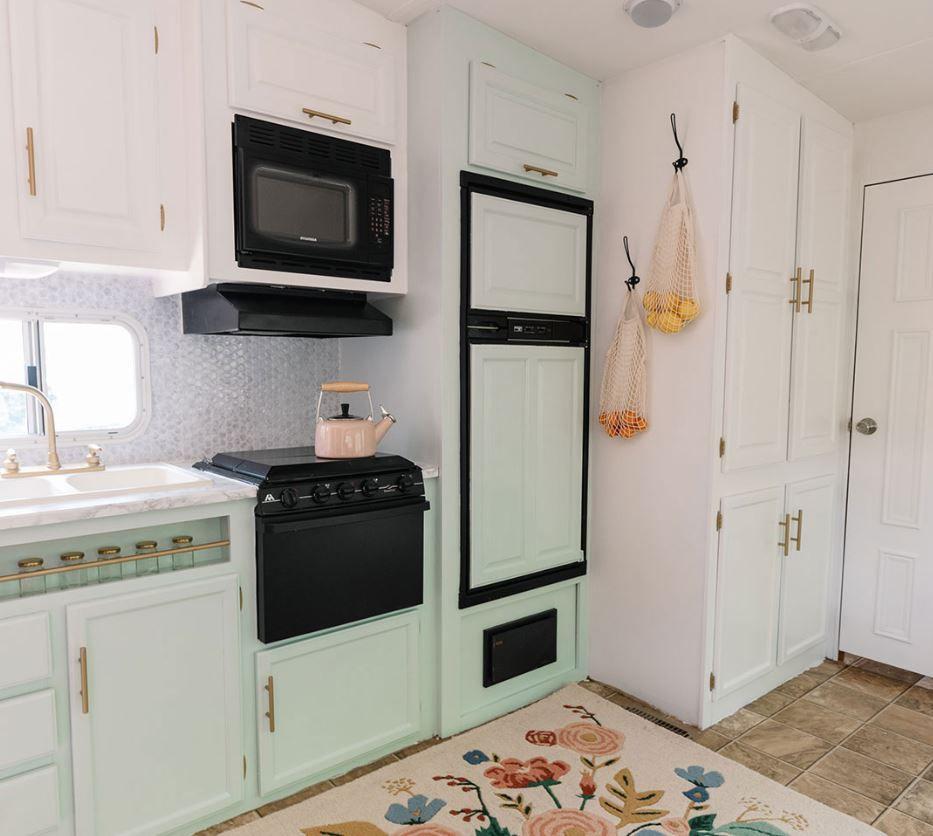 Cocina camper actualizada con menta y gabinetes blancos