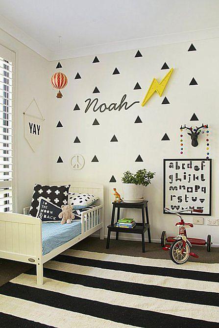 Habitación infantil en blanco y negro con calcomanías triangulares y una influencia nórdica