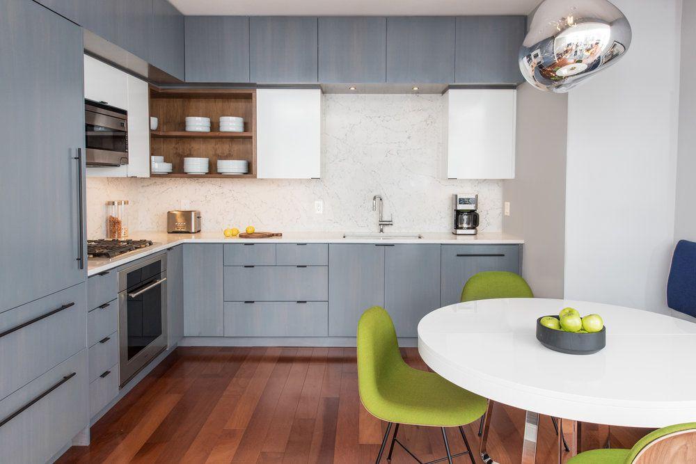 cocina elegante y moderna de mármol y azul