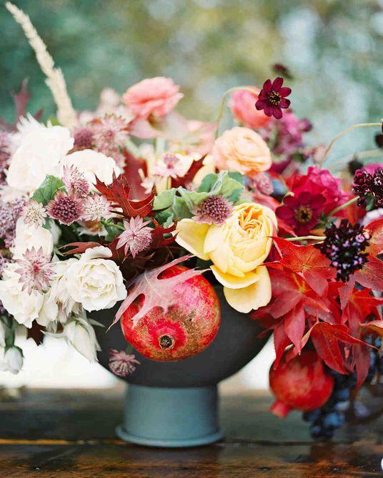 Centro de mesa de boda de otoño de flores y granadas