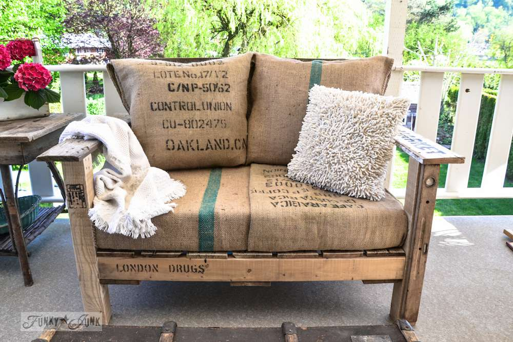 A loveseat made out of a pallet