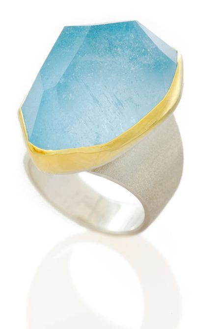 Anillo de compromiso Roberto Coin en oro blanco de 18 quilates con topacio azul y diamantes blancos . Anillo de compromiso de oro de 18 quilates con turmalina Paraiba y diamantes
