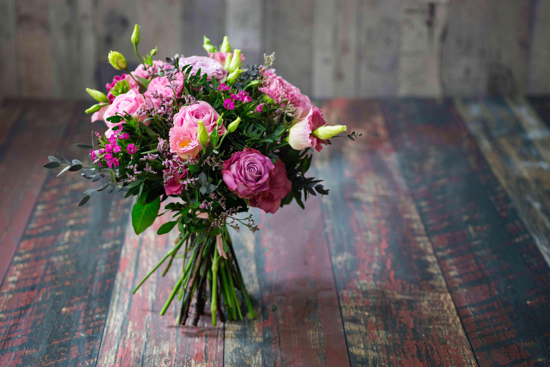 Ramo de boda rústico con rosas rosadas y flores de Lisianthus