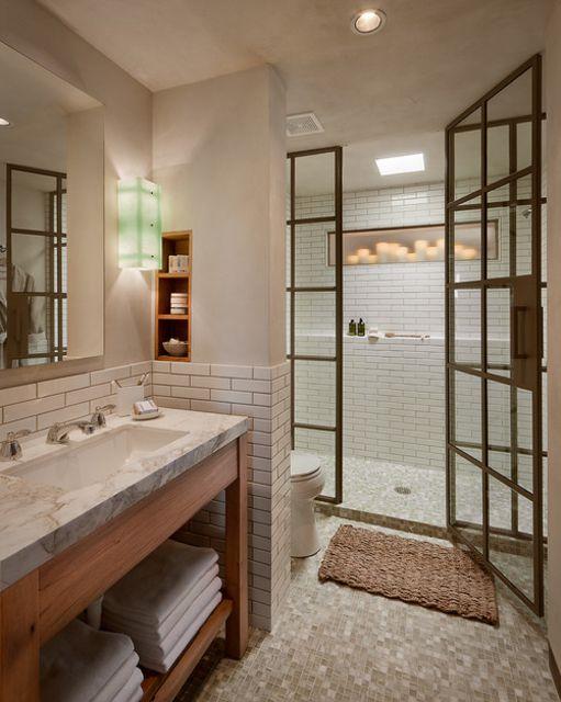 Una ducha con marcos de metal en un baño