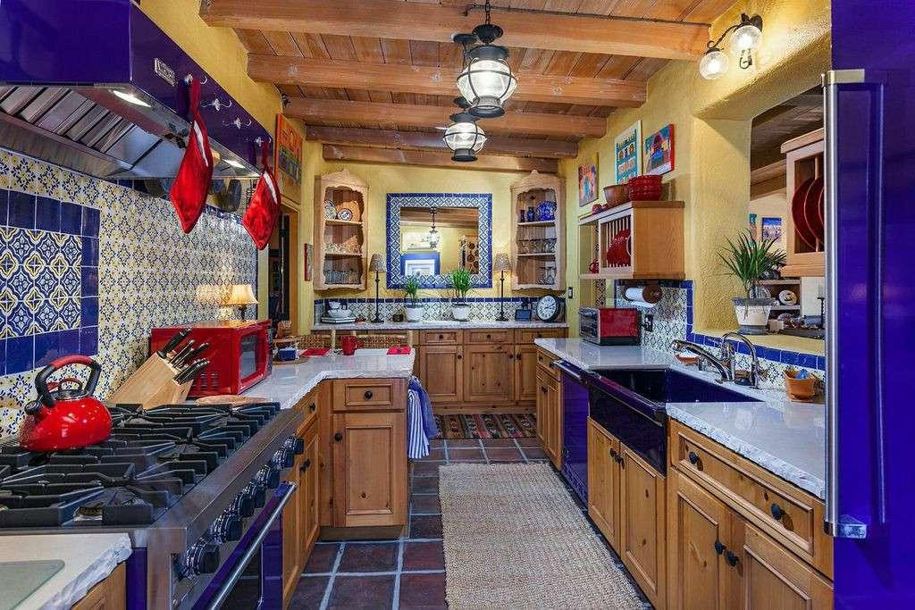pequeña cocina colorida de inspiración española