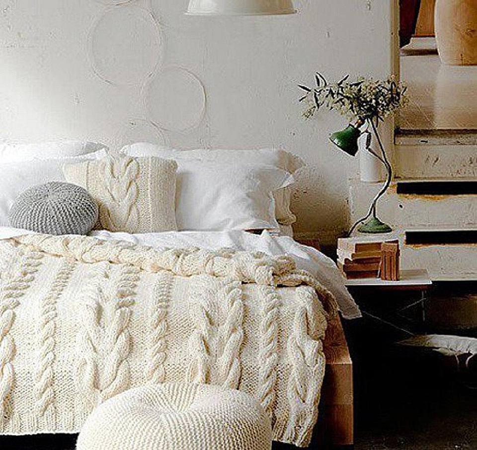 Heavy-gauge knit comforter