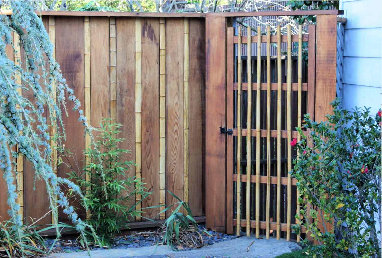 puerta de ratán y madera