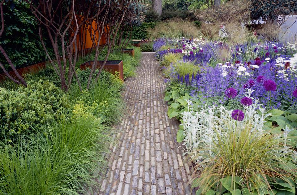 Chelsea Garden Path designed by Tom Stuart Smith