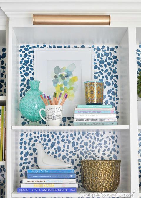 Manchas de guepardo pintadas con esponja en la pared posterior de una estantería .