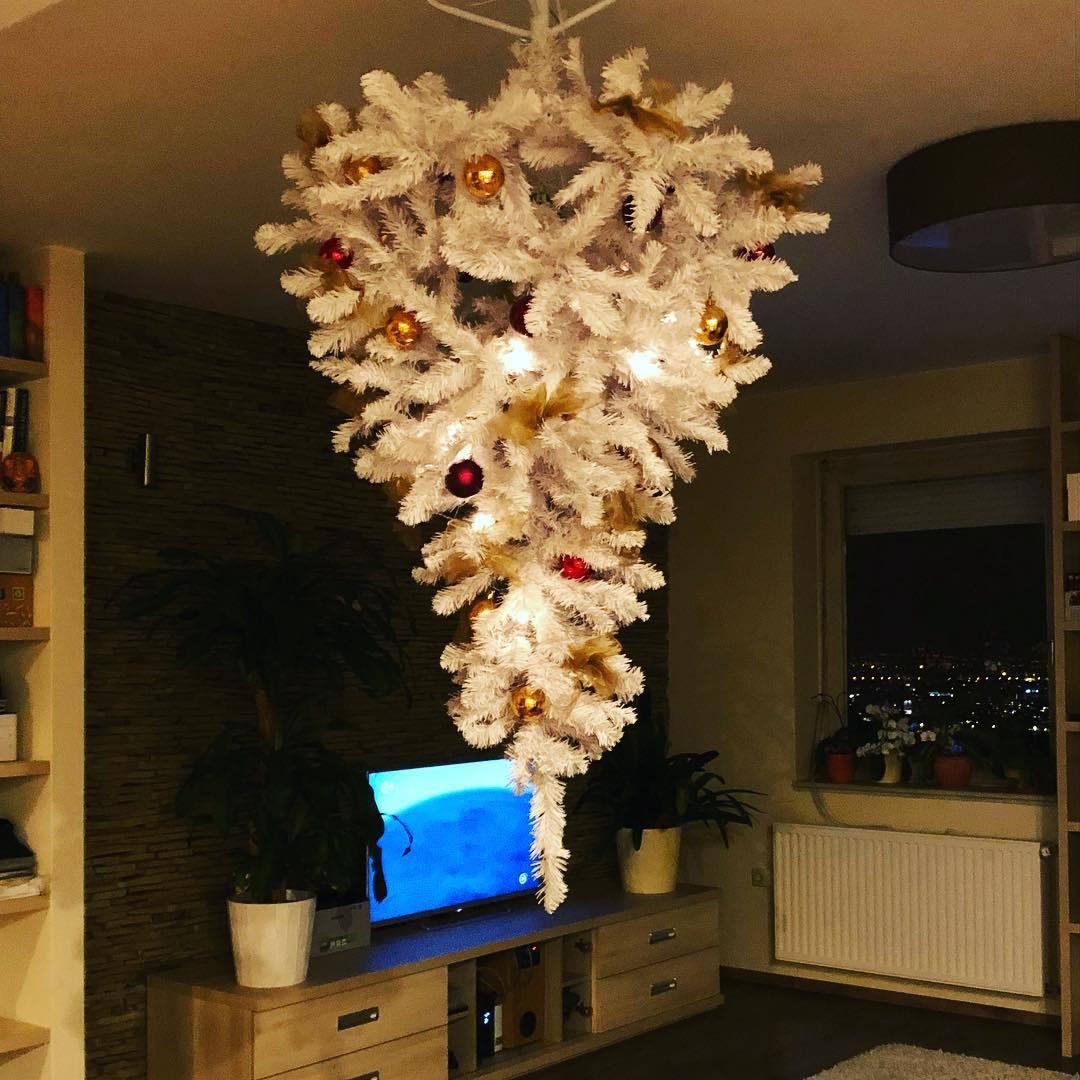 árbol de Navidad al revés de oro blanco y rojo