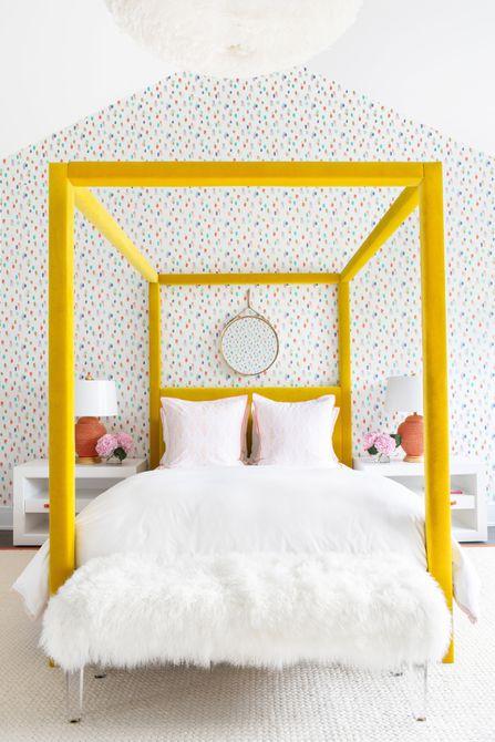 cama con dosel amarilla en el dormitorio de los niños