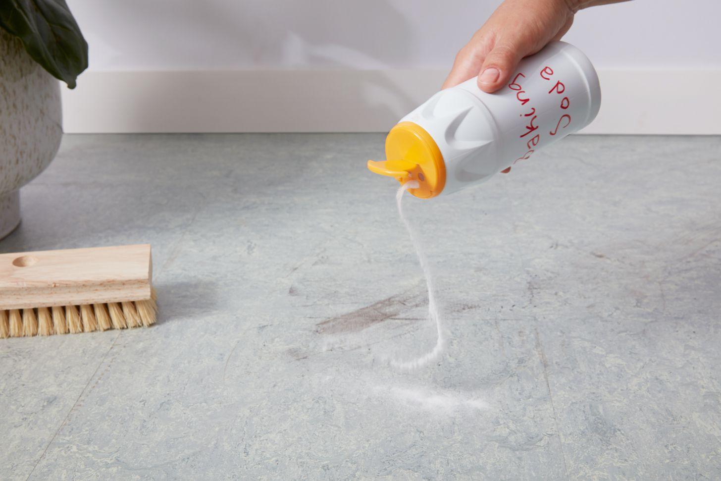 Sprinkle baking soda on linoleum floor