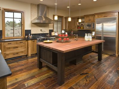Vinyl Wood Flooring Versus Natural Hardwood