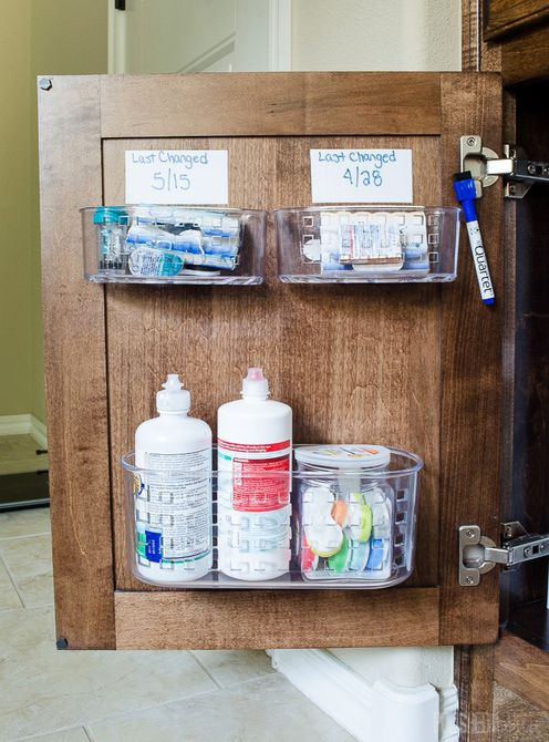 Organización de la puerta del estante del baño