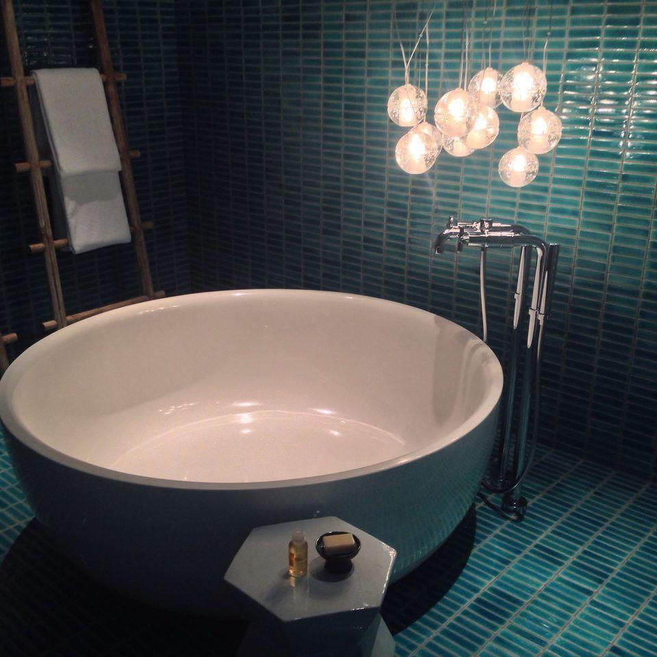 dramático azulejo aqua en el baño