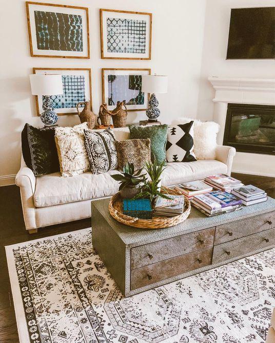 Sala de estar con blanco y detalles en azul claro