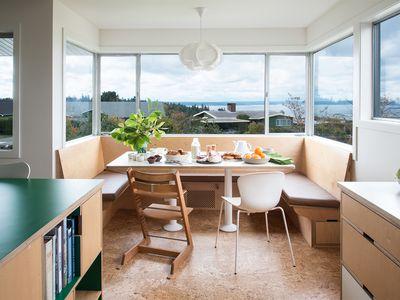 Bay window banquette