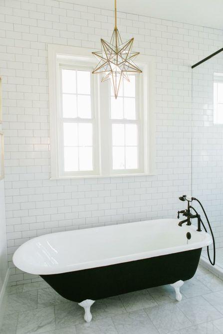 lámpara colgante de estrella sobre la bañera con patas