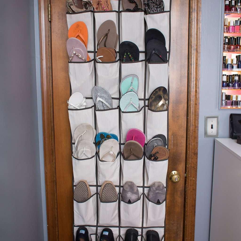 Almacenamiento de zapatos sobre la puerta